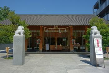 こちらは、東京メトロ・神楽坂駅から徒歩1分の場所にある【赤城神社】(あかぎじんじゃ)。鳥居をくぐって階段を上ると、目の前に和モダンな雰囲気の本殿が現れます。設計監修を担当したのは、あの世界的建築家・隈研吾氏。神楽坂在住で【赤城神社】の氏子だったこともあり、再建計画の際に氏自らが申し出たのだそうです。