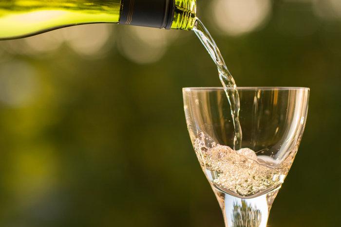 白ワインはさっぱりとした口当たりで、甘味のなかに感じる酸味が特徴です。旨味と塩気のある魚や魚介類が良く合います。