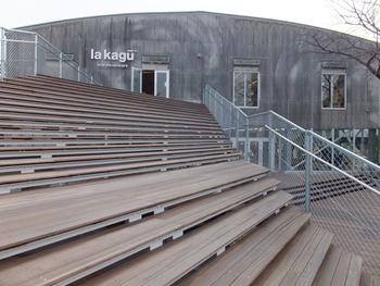続いては、神楽坂で人気の文化的スポットをご紹介しましょう。こちらは2014年にオープンしたキュレーションストア【la kagu】(ラ カグ)。ファッション・雑貨・インテリア・カフェ・本・レクチャースペースと、幅広いジャンルが集合した新しいスタイルの施設です。