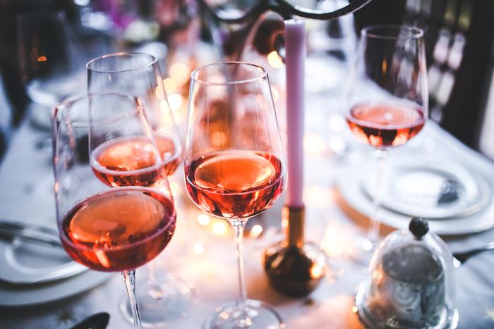 組み合わせの方式は ①料理の色であわせる(淡い色の料理は白、濃い色の料理は赤) ②ボディであわせる(繊細な味にはライトなワイン、強い味には重めのワイン) ③同じ産地で合わせる など、ワインひとつとっても、たくさんあるんですよ!
