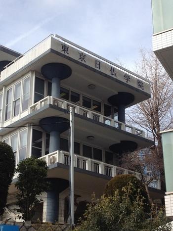神楽坂について語る時に外せない存在なのが、1952年に開校したフランス語学校【アンスティチュ・フランセ(旧東京日仏学院)】です。フランス語のレッスンはもちろん、フランス文化を学ぶ講座や、映画・展覧会・コンサートなどのイベント、図書の貸し出しなど、誰もが気軽に利用できるサービスが充実しています。