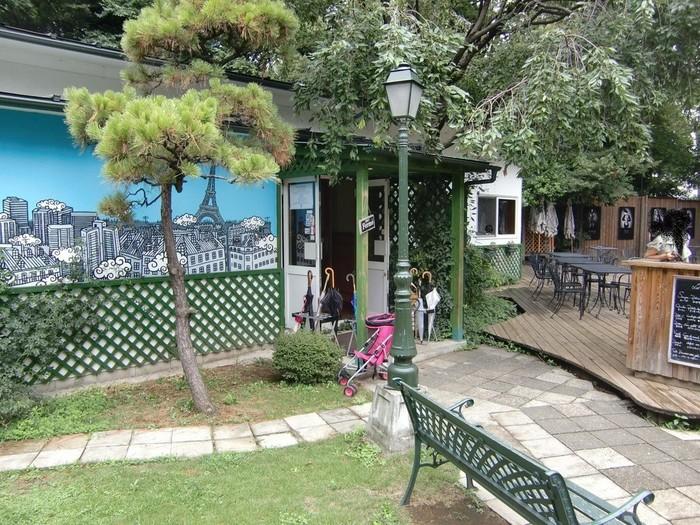 また、中庭には【ラ・ブラスリー】(La Brasserie)というフレンチレストランも♪家庭的な雰囲気の一軒家レストランで、お天気の良い日にはテラス席もおすすめです。