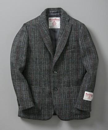 秋冬にぴったりの、こんなジャケットをデパートやセレクトショップで見かけたことはありませんか?  ハリスツイードといえば、ジャケットやスーツでおなじみの100年以上の歴史をもつ英国のブランドです。  ハリスツイードは、スコットランドのアウター・ヘブリディーズ諸島発祥のツイード生地で、様々なブランドに使われている人気の素材です。