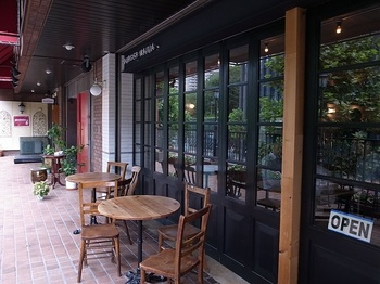 広尾駅から徒歩1分と好立地にあるこちらのお店。手作りハンバーガーはもちろん、サラダやタコライスなど豊富なメニューも人気です。バリスタが厳選したオリジナルブレンドのコーヒーや自家製デザートも提供しているので、カフェとしての利用もおすすめ。
