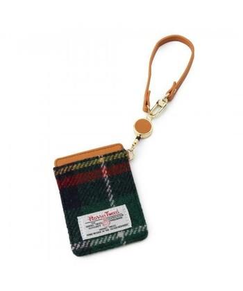 こちらはパスケース。ファブリックがかわいいので、チャームとしてカバンにつけてあってもオシャレ。