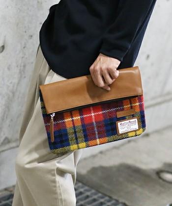 代表的なジャケット以外にも、ハリスツイードはバッグや、ポーチ、手袋などの小物のラインアップも充実しており、カラーもシックなものから、カラフルな色合いのものまで、多岐に渡ります。