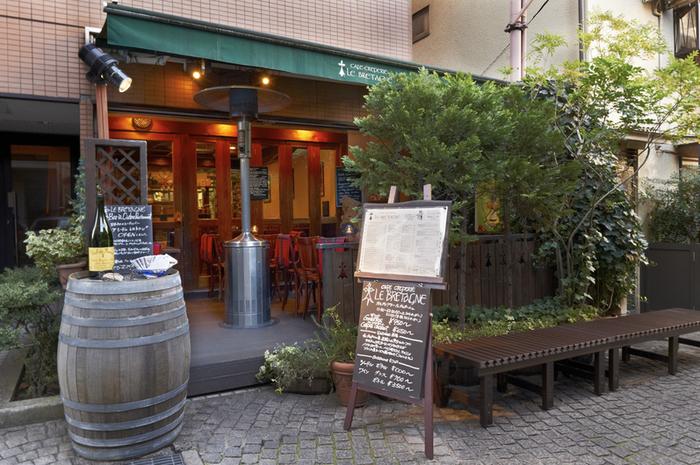 【ル・ブルターニュ】は、フランス・ブルターニュ地方発祥のそば粉のクレープ「ガレット」を提供する日本初の専門店。フランスでも人気の高いお店で、石畳の路地に佇む姿はまさに本場さながらの雰囲気です。