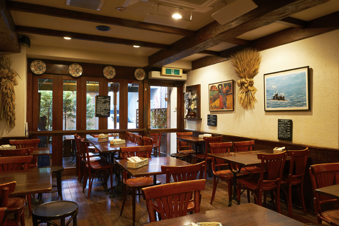 ブルターニュでは「クレープリー」と呼ばれるガレット専門店がカフェよりも多いのだそう。神楽坂店もそんなブルターニュののどかなイメージを彷彿とさせる、温かみのある作りになっています。