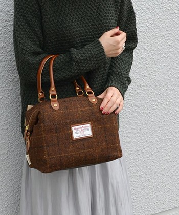 ハリスツイードのバッグをひとつコーディネートに取り入れるだけで、シンプルなファッションも、秋冬には欠かせないあたたかみのエッセンスを醸し出します。  ハリスツイード未体験の方は、ぜひ一度、手に取って、ハリスツイードの生地の質感や触り心地を体験してみてくださいね♪  最後にハリスツイードのバッグが豊富に揃うオンラインショップを紹介します。