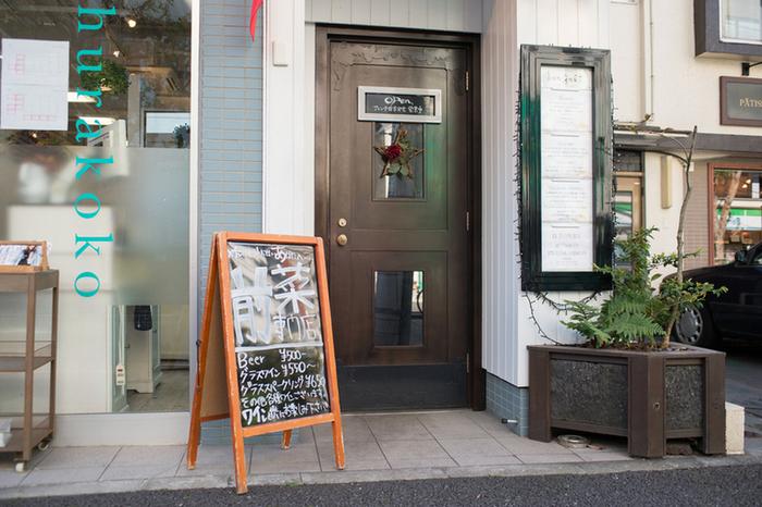 東京メトロ・神楽坂駅から徒歩1分の場所にあるフレンチレストラン【ボン・グゥ】(bon gout)。ビルの1階に隠れ家のようにさりげなく入り口のドアがあります。見過ごさないようにご注意を!