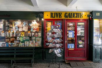 敷地内には【リヴ ゴーシュ】(RIVE GAUCHE)というフランス書籍の専門店があります。パリの街角にいるようなおしゃれなお店で、雑誌や絵本なども取り揃えていますよ☆