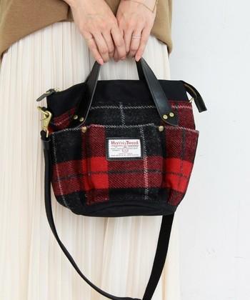 2WAYでショルダーにもなるミニトートバッグです。 外側にたくさんのポケットが付いているので小物の収納もばっちり。