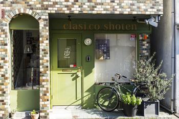 東京メトロ・神楽坂駅から徒歩3分、路地裏にひっそりと佇むおしゃれなお店は、古本&雑貨を扱う【クラシコ書店】です。モザイク風のタイルと若草色の扉が目印ですよ。