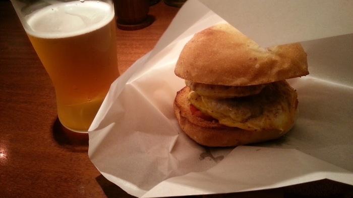 1番人気のテントバーガー。燻製したハンバーガーはビールとよく合います。