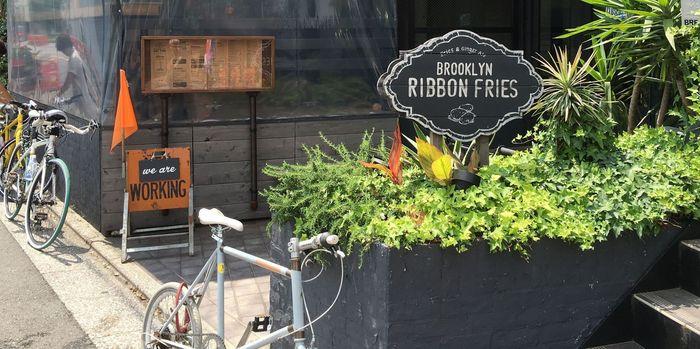 新触感のフライドポテト「リボンフライ」と自家製ジンジャーエールが人気のお店。オーダーが入ってから一つずつ焼き上げるハンバーガーは絶品です。