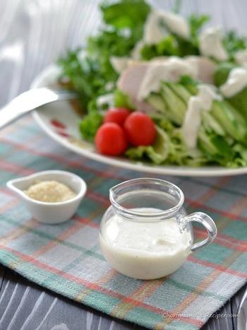 クリームチーズと牛乳をつかって、こってり仕上げたシーザードレッシングは、ディップにしても美味しい♪ 仕上げには、粉チーズをたっぷり加えて召し上がれ!