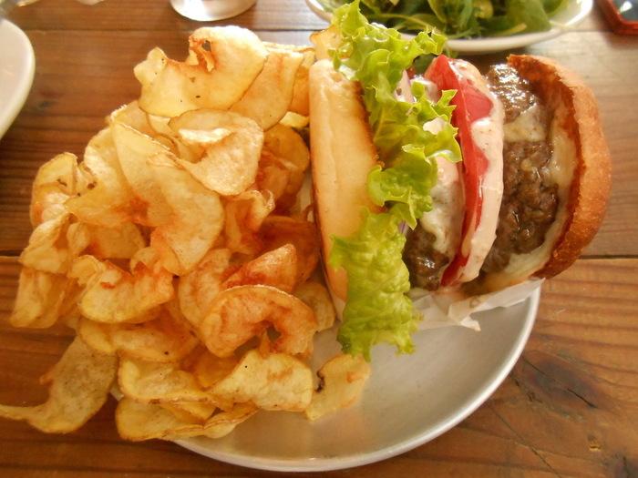 ハンバーガーを頼むと人気のリボンフライもたっぷりついてきます!