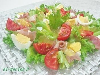 材料は、すだち、コンソメ、ゼラチンの3つだけ。爽やかな酸味のドレッシングは、色味もキレイで、おもてなしサラダに最適!