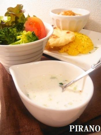 カレーのようなスパイシーな料理と相性が良いヨーグルトベースのドレッシング。細かく刻んだきゅうりが、食感のアクセントになっています。