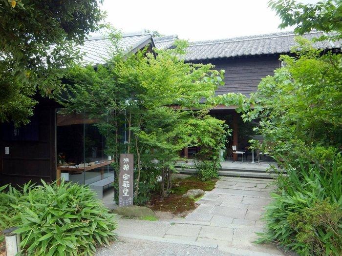 伝統ある「福寿醤油」の建物を改築した「伊都安蔵里」。安全・安心で美味しいをコンセプトに、地元の無農薬や減農薬野菜、こだわりのオリジナル商品などが並びます。