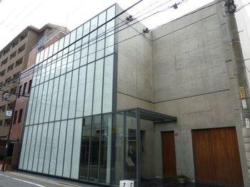 昭和47年創業のお寿司屋さん「やま中」。コンクリート張りのモダンな外観のお店です。