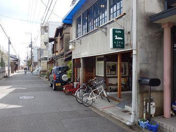 京都御苑の東側にある寺町御門から出て、鴨川方面に向かって徒歩5分ほど。レトロな雰囲気が漂うかもがわカフェがあります。自家焙煎のコーヒーが人気です。