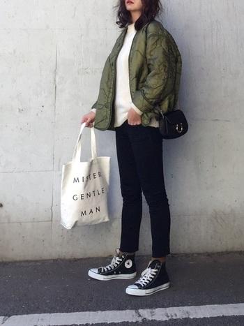 シンプルな単色コーディネートには、あえて色物靴下をプラス!アウターのカーキと相性◎なブラウンを。ハイカットならちょうどいいチラ見せが可能です。