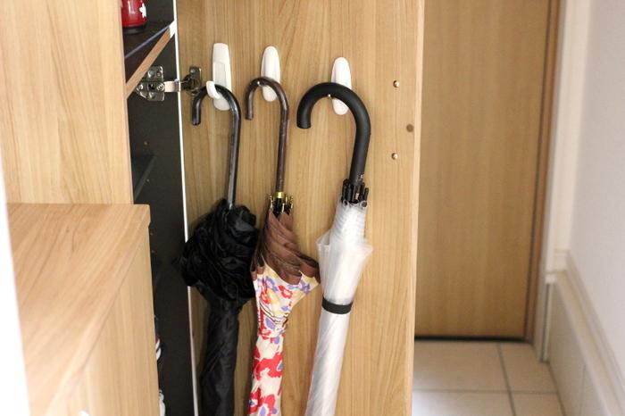"""意外と収納場所に困ってしまう「傘」。玄関の限られたスペースでは、傘立てを置くとゴチャゴチャした感じになってしまいます。そんな傘の収納場所に活用したいのが""""下駄箱の扉裏""""。こちらのブロガーさんのお宅では、コマンドフックを取り付けて収納されています。機能的&見た目スッキリなナイスアイディア♪"""