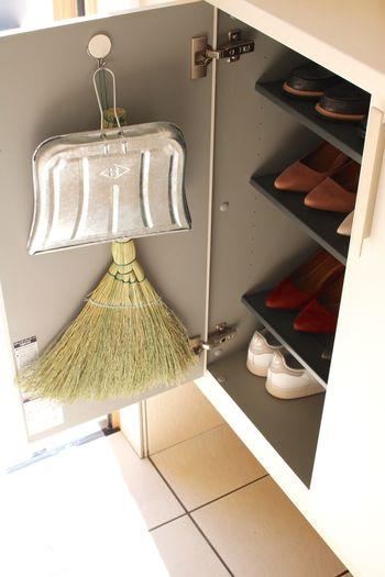 毎日のお掃除に欠かせないホウキと塵取り。こちらも扉裏に吊るしておけば、汚れが気になる時にすぐにお掃除できて便利です。下駄箱の扉裏などのデッドスペースを有効活用して、気持ちの良い空間を作りましょう☆