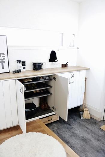 玄関を美しく見せるには「清潔感」がポイントです。まずは下駄箱を活用して、玄関に出ている靴をスッキリ収納しましょう。全ての靴をキレイに収めてしまうことで、広々とした快適な空間になりますよ♪