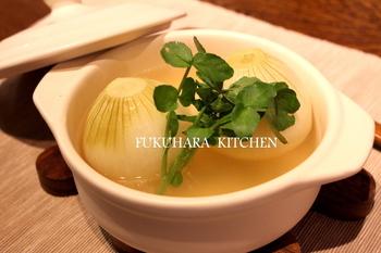 【新たまねぎのまるごとスープ】 新玉ねぎを丸ごと一個使ったコンソメ仕立てのスープ。新玉ねぎの甘味がとっても美味しい!