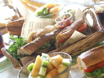 ハード系のパンで作るサンドイッチは、野菜もたっぷり頂けるヘルシーさも魅力でしたね。包み紙でキャンディのように巻いたり、英字新聞でくるんでみたり、あなたらしいサンドイッチ作りを楽しんでみてくださいね!