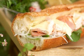 バゲットと相性のいい、とろりとしたカマンベールチーズに、薄切りハムやスライスした玉ねぎを合わせたシンプルな一品。