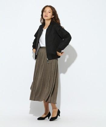 動くたびにゆれるプリーツスカートは人気のアイテム。ミディ丈は、トップスをしっかりスカートにIN!スタイルアップに効果的です。