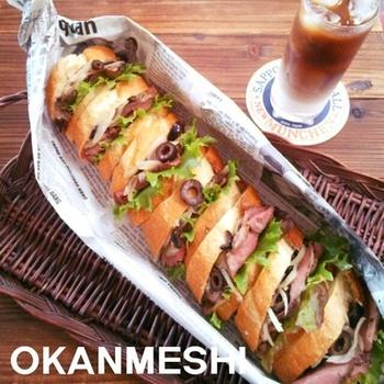 ローストビーフを使った豪快なサンドイッチをもう一品。玉ねぎの食感に粒マスタードのスパイス感がたまらない、ワインにも合いそうなサンドイッチです。