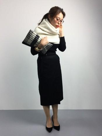 スリムでスタイルアップが期待できるタイトスカートですが、ボトムINするとさらにその効果が!きれいめで女性らしいコーデの完成です。