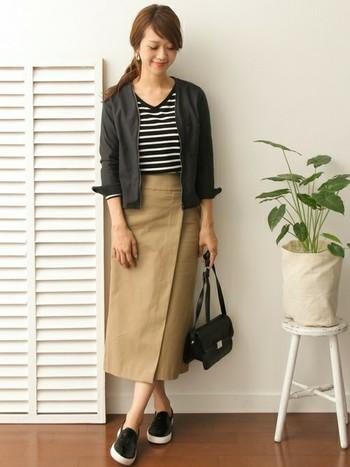 デザインが素敵な巻きタイトスカートには、シンプルなフォルムのトップスを合わせて。ショート丈のミニマムブルゾンとボーダーのロングTシャツを組み合わせて、適度なぬけ感を演出します。