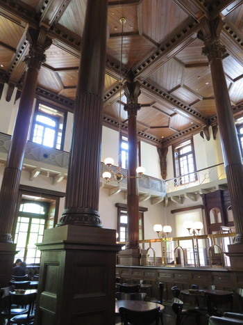 明治期の銀行の営業室だった部分は、現在はCAFE1894というミュージアムカフェになっています。タイムスリップをしたかのような気分が味わえそうなクラシカルな店内です。