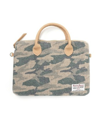 めずらしいカモフラージュ柄のクラッチトートバッグです。 A4サイズで雑誌も入りますが、マチが小さめでかさばりません。