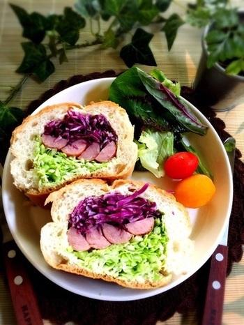 バケット、ソーセージ、キャベツ、紫キャベツにマヨネーズで作るオシャレなサンドイッチ。ランチタイムにお野菜もたくさん取れるのが嬉しい一品です!