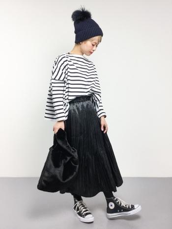 カジュアルなアイテムの割合が多い時は、カラーに気をつけてみるといいですよ!全体を大人っぽいブラック系でスタイリングし、シックな印象に。光沢のあるプリーツスカートで、大人のカジュアルコーデを楽しむことができます。