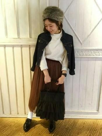 ブラックデニムのGジャンも、程よくカジュアルダウンしてくれるアイテム。重ね着もしやすいのでオススメです。主役であるスカートは、色物を選んで♪