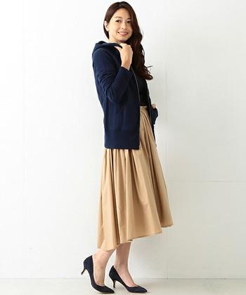 デニムやパンツなどのボーイッシュなアイテムと合わせると、どうしてもカジュアルでスポーティな印象になってしまいますよね。そんな時は、女性らしいスカートを合わせて。