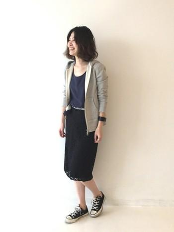 こちらのタイトスカートは、ブラックのレースが印象的なデザインスカート。大人の女性らしいレースなどの素材感も、カジュアルなアイテムを目立たなくしてくれるので便利です。