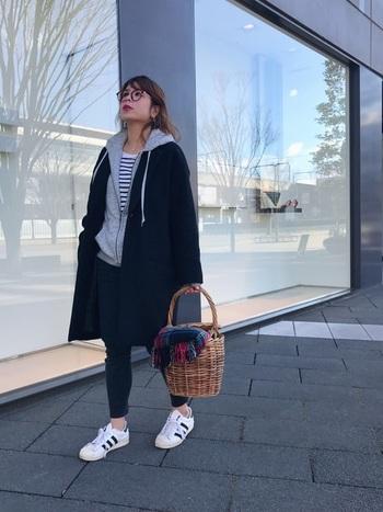 できる女のアイテム、クールなブラックのチェスターコートとパーカーを合わせています。カジュアルなコーディネートも、きれいめなアウターを合わせるだけで女性らしいスタイリングに。