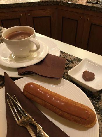 イートインスペースでは、上品な味わいのホットショコラにエクレア、そしてサービスで一粒のチョコ・・とチョコ好きにはたまらないスイーツを堪能することができます。