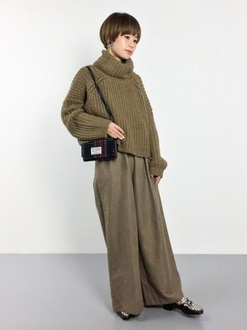 お洋服がボリュームのあるシルエットなら、バッグは小さめにするとスッキリとした印象に。 トレンドのワントーンでまとめた大人っぽいスタイルです。