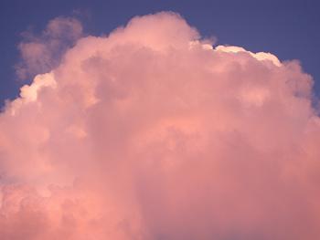 こちらは赤みを足して撮影されたものです。白い雲もほんのりピンクになって、温かい印象に。