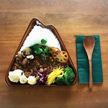 三角形の山の形をしたプレート。彩り豊かな野菜たっぷりのキーマカレーを盛り付けて、頂上のご飯はまるで雪が積もったかのようにユニーク!