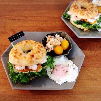 グレーがスタイリッシュな六角形のプレートに朝食を乗せて。カラフルな野菜がよく引き立ち、おしゃれな碗プレートになります。